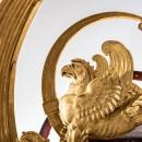 Comme une figure deproue, ce grand aigle de bronze ciselé et doré se situe sur letrain avant. Symbole de l'Empire, cet aigle aété ajouté lors delaréutilisation ducarrosse en 1856, pour le baptême duprince impérial.