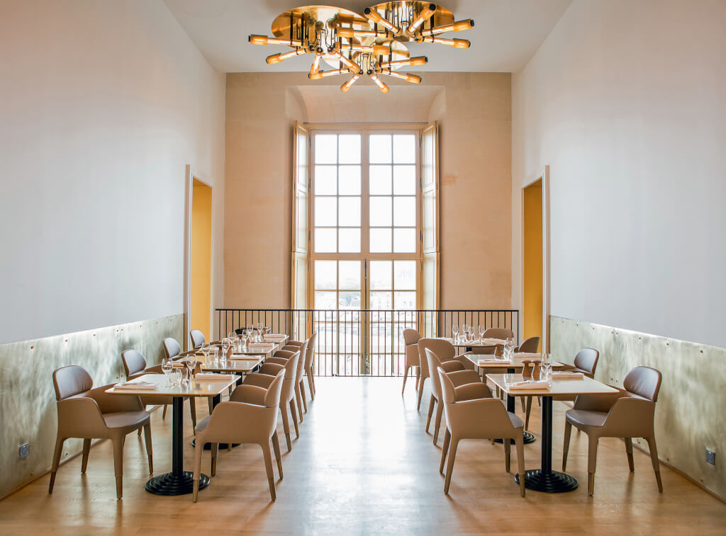 Le vestibule, une des salles de ore–Ducasse au château de Versailles, pour une pause gourmande en journée. Photographie Pierre Monetta.