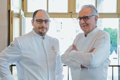 Stéphane Duchiron, chef du restaurant ore–Ducasse au château de Versailles et Alain Ducasse. Photographie Pierre Monetta.