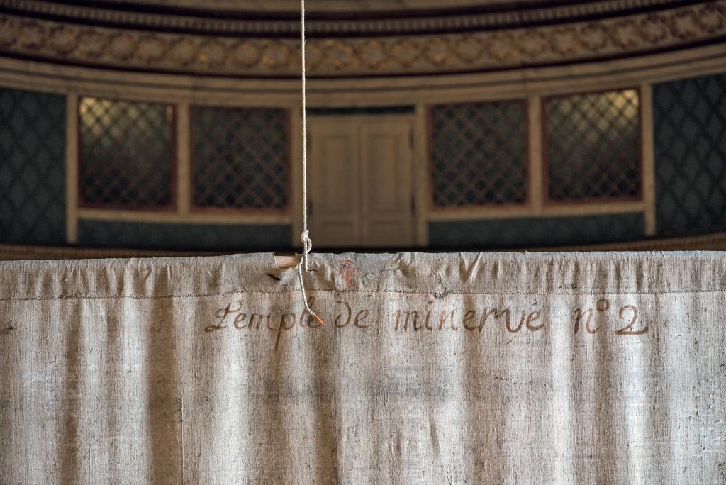 Revers de la frise du 2e plan du décor de scène du Temple de Minerve avec inscription d'origine, à l'encre. © Château de Versailles / Thomas Garnier.