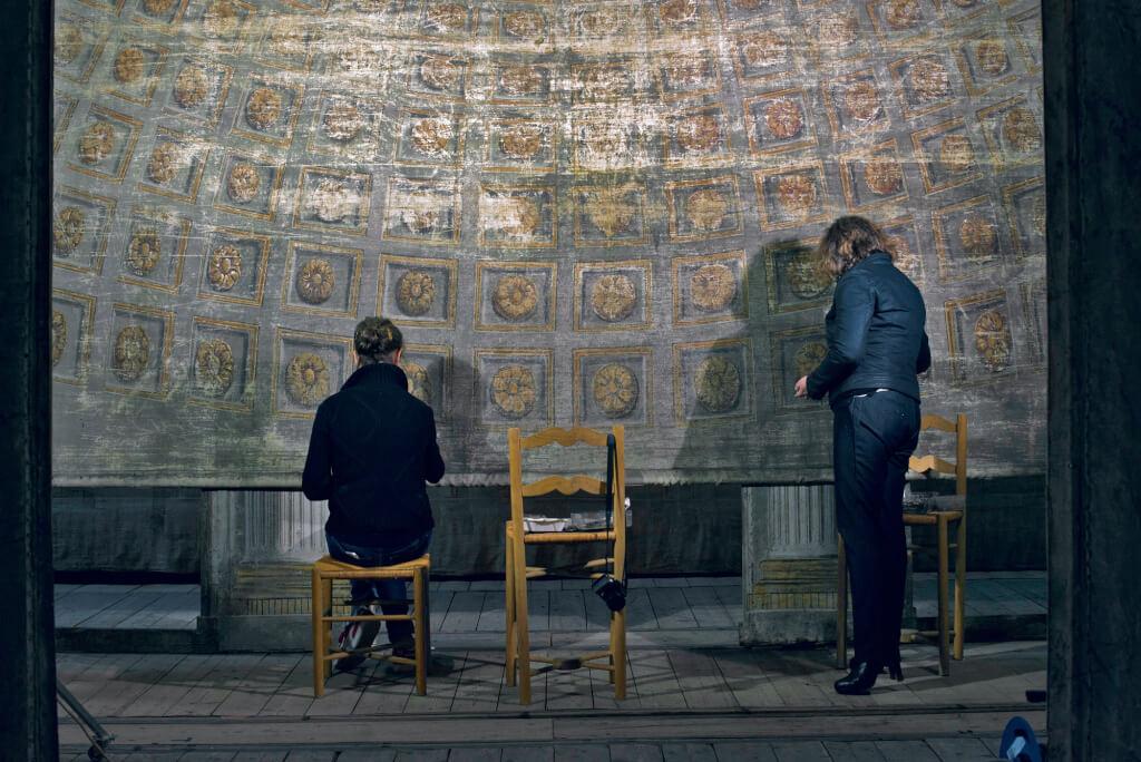 Restauration au pastel réversible de la frise représentant la coupole à caissons ornementés du décor du Temple deMinerve. © Château de Versailles / Thomas Garnier.