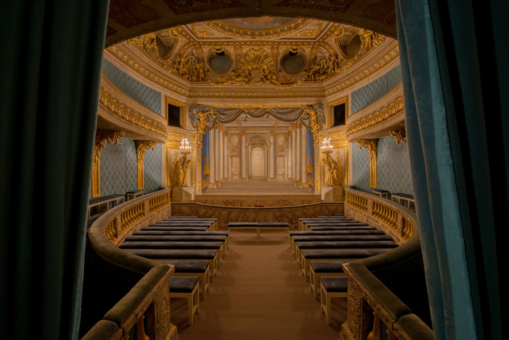 Intérieur du petit théâtre de la reine vue sur la salle avec lumière ambiante