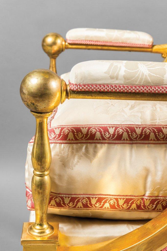 Accotoirs en cuivre des fauteuils du salon blanc château de versailles christophe fouin
